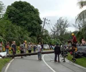 Satu Unit Mobil Ringsek Tertimpa Tiang Listrik di Aceh Selatan