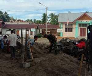 Bersama Warga, TNI di Aceh Jaya Bangun Masjid