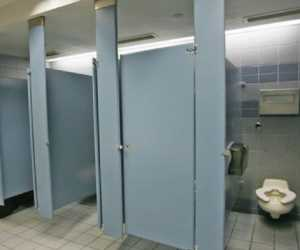 Sedang Asik Memadu Kasih di WC, Pasangan Ini Kepergok WH