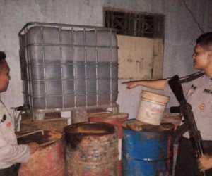 Diduga Tempat Penimbunan BBM, Sebuah Rumah Digerebek Polisi