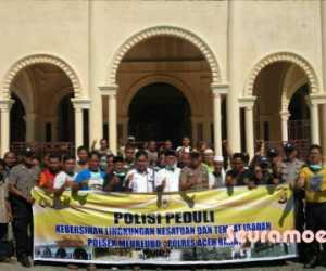 Muspika Meuruboe Bersama Kades Seprotkan Cairan Disinfektan di Masjid