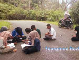 Sedih! Mahasiswa Nagan Raya Kuliah Diatas Badan Jalan