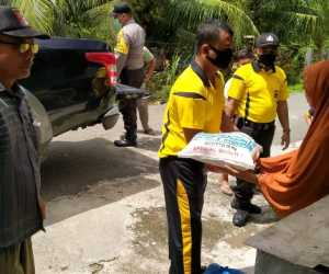 Ditengah Covid-19, Polsek Manggeng Salurkan Sembako Untuk Janda Kurang Mampu