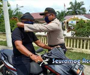 Polsek Kuala Nagan Raya Bagi 200 Masker Gratis Kepada Pengguna Jalan