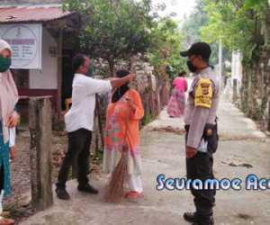 Gampong Kuta Baro Nagan Raya Bagikan Masker Gratis Kepada Warga