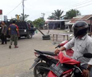 Resah Dilintasi Mobil Angkutan Material Galian C, Warga Blokir Jalan Di Nagan Raya