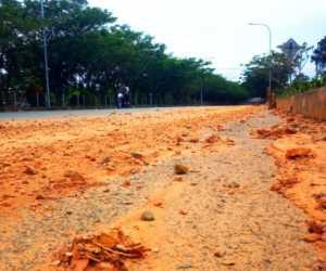 Jalan Utama Menuju Perkantoran Suka Makmue di Penuhi Lumpur