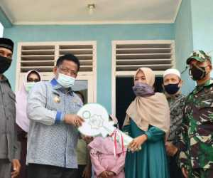 Wali Kota Aminullah Serah Langsung Tiga Unit Bantuan Rumah Duafa untuk Warga