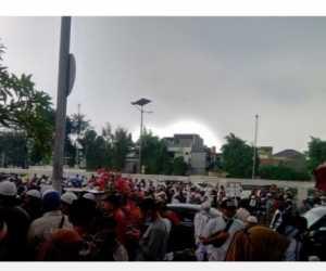 Demo di Depan Gedung DPR Teriak Turunkan Jokowi dan Bakar Bendera Palu Arit