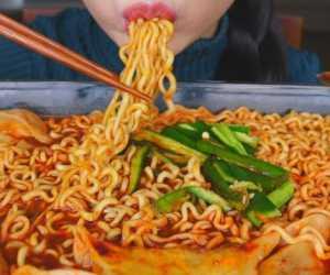Kamu Gemar Makan Mi Instan dan Nasi Bersamaan? Ternyata Ini Fakta Segi Kesehatannya