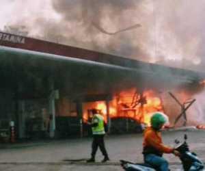 Api dari Mobil Carry Menghanguskan Pom Bensin
