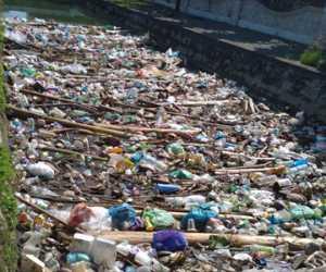 Jorok! Sampah Menumpuk di Saluran Air Desa Suak Bilie Nagan Raya.