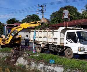 DLHK Nagan Raya Bersihkan Tumpukan Sampah di Saluran Irigasi
