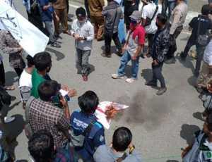Tolak RUU HIP, Massa Bakar Bendera PKI di Depan Kantor DPRK Aceh Barat