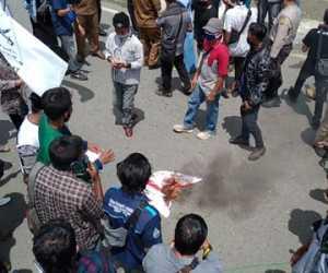 Tolak RUU HIP, Massa Bakar Bendera PKI