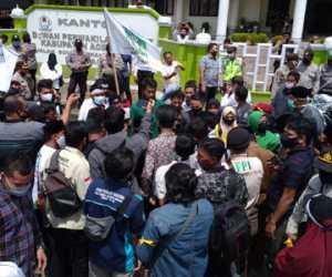 Mahsiswa dan Warga Gelar Aksi Di Depan DPRK Aceh Barat