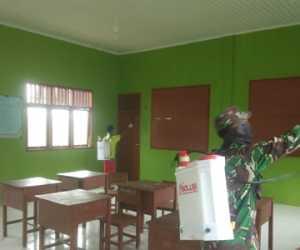Antisipasi COVID-19, Babinsa Kodim Simeulue Semprot Disinfektan di Sekolah
