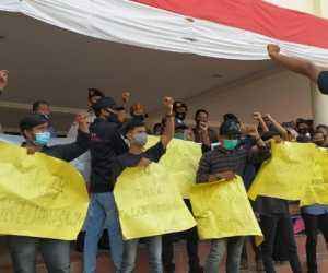 Tolak Omnibus Law, Puluhan Massa Geruduk Kantor DPRK Nagan Raya