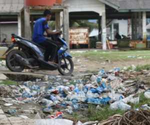 Aneka Sampah Hiasi Komplek PPI Ujong Serangga Susoh, Abdya