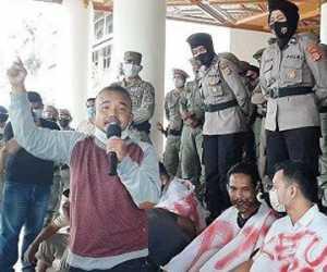 Massa Geram Geruduk Kantor Gubernur Aceh