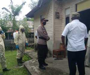 Polsek Teupah Selatan Semprot Desinfektan di Rumah Almarhumah