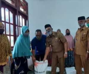 Bupati dan Wakil Bupati Aceh Jaya Salurkan Bantuan Aslureti Tahab III
