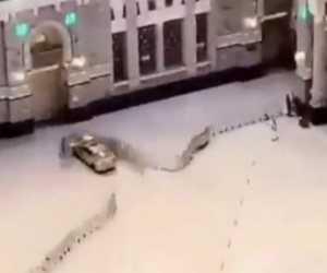 Sebuah Mobil Terobos dan Menabrak Pintu Masjidil Haram
