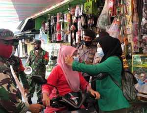 Kampanye Hidup Bersih Mahasiswa KKN Kelompok 286 Bagi Masker Gratis