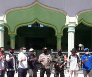 Cegah COVID-19, PMI Bersama TNI-Polri Semprot Disinpektan di Rumah Ibadah