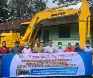 KKP Serahkan Escavator Untuk Koperasi di Kabupaten Aceh Jaya