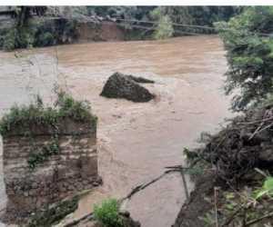 Hujan Deras Sebabkan Pondasi Jembatan Gantung di Krueng Aceh Ambruk