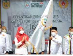 Darwati A Gani Kukuhkan Pengurus ISSI Banda Aceh