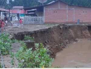 Begini Penampakan Rumah Warga di Pidie yang Terancam Ambruk ke Sungai