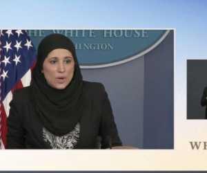 Seorang Pejabat AS Konferensi Pers dengan Mengenakan Hijab