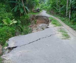 Paska Diterjang Banjir, Jalan Penghubung Dua Desa di Abdya Belum di Perbaiki
