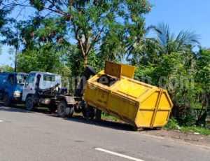 Diberitakan Timbulkan Bau Busuk, DLHK Pidie Jaya Bersihkan Sampah Di Gampong Meue