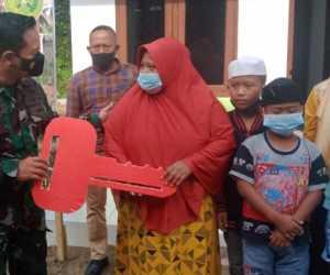 Kodim Aceh Tamiang Serahkan Rumah Bantuan Kepada Janda Enak Anak