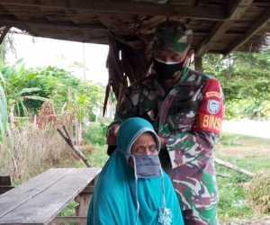 Babinsa Aceh Jaya Sosialisasi Covid-19 Hingga Pakaikan Masker Untuk Lansia