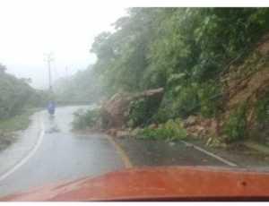 Bongkahan Batu Besar Nyaris Tutup Badan Jalan di Aceh Selatan