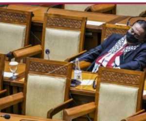 Gunakan Syal Palestina, Wakil Rakyat ini Tertidur Dalam Rapat Paripurna