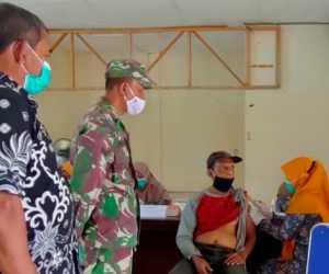 Personil Kodim Aceh Jaya Dampingi Lansia Vaksinasi Massal
