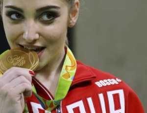 Mengapa Atlet Suka Gigit Medali saat Foto di Podium? Ini Sejarahnya