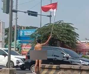Geger! Hanya Pakai Popok, Pria Ini Kibarkan Bendera Merah Putih