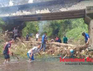 BPBK, Tagana dan Warga Bersihkan Sampah di Bawah Jembatan