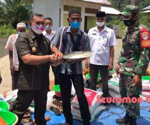 Bupati Aceh Jaya Serahkan Bansos kepada 43 KK Komunitas Adat Terpencil