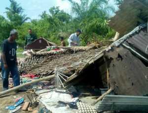 Kodim Aceh Timur Bantu Bersihkan Rumah Warga Korban Angin Puting Beliung