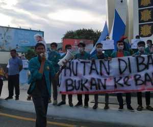 Peringati Hari Buruh, Mahasiswa Gelar Aksi Teatrikal di Kantor Dewan