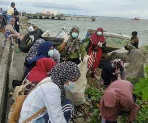 Komonitas Generasi Baru Indonesia Bersihkan Sampah di Pelabuhan