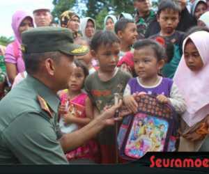 Kunjungi Daerah Terisolir, Dandim Bantu Perlengkapan Sekolah