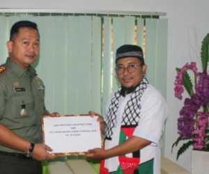 Dukung Perjuangan Rakya Palestina, Dandim Aceh Jaya Serahkan Bantuan